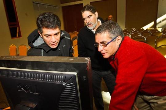 Mariano Molinari revisando un histograma con los asistentes al curso.