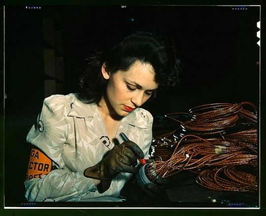 Trabajadora aeronáutica chequeando conexiones eléctricas.David Bransby, 1942