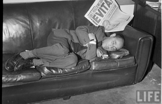 Alfred Eisenstaedt luego de fotografiar el funeral de Eva Perón