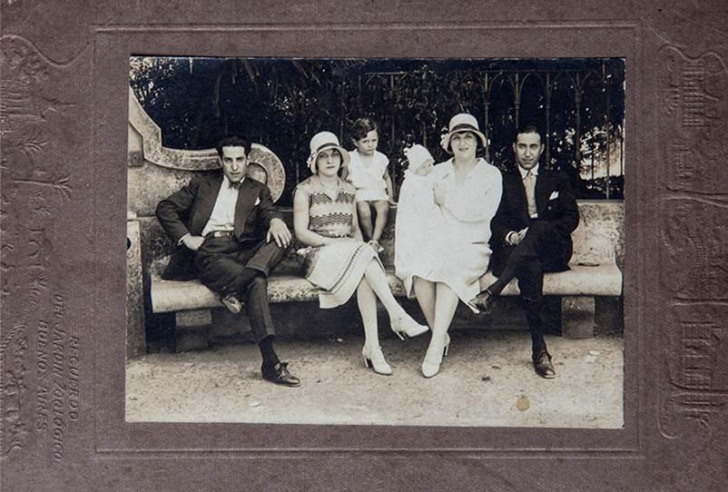 Familia Molinari visitando el zoológico de Buenos Aires en 1930